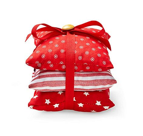 Good Drei hangen hte Mottenschutz Kissen aus roten Stoffen mit Zedernholzsp nen und Dinkelspelzen bef llt u jetzt