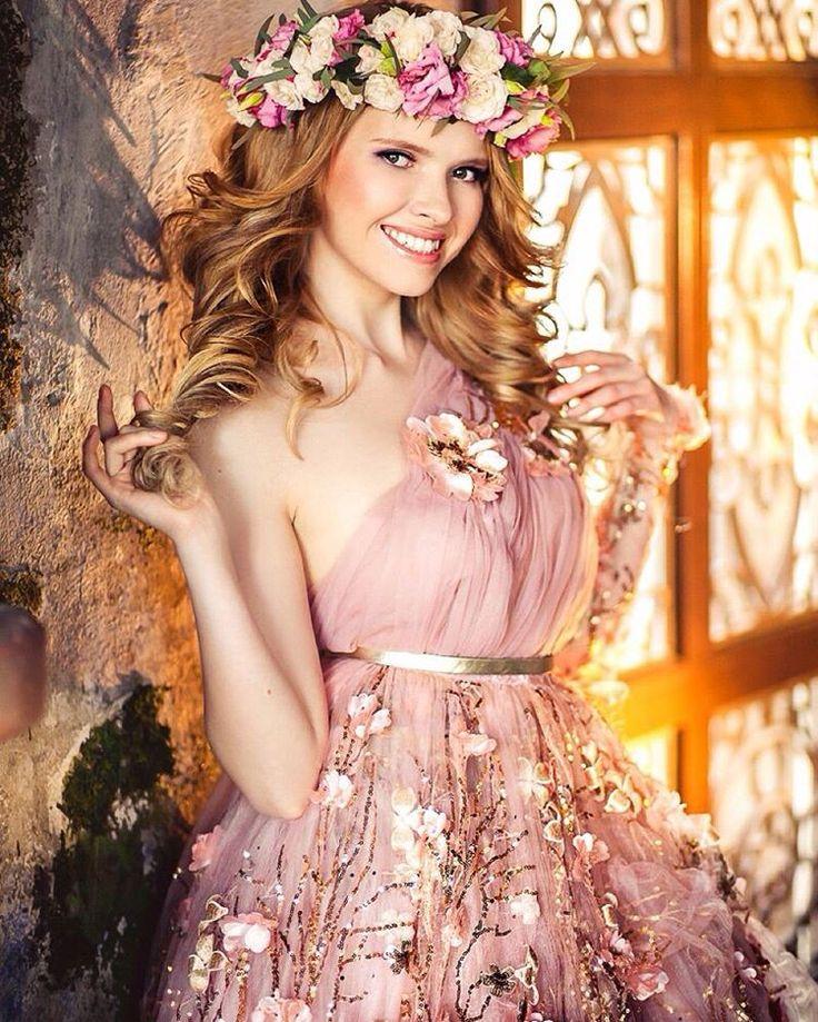 Я в сказке... Любой девушке хочется хоть немного побыть принцессой! фотограф @axionika визаж и локоны @veneramazurenko цветы от @iuliia_godzik платье @malyarovaolga #фото #фотограф #девушка #съемка #princess #fairytale #castle #dream #визаж #локоны #венок #цветы #платье #olgamillen