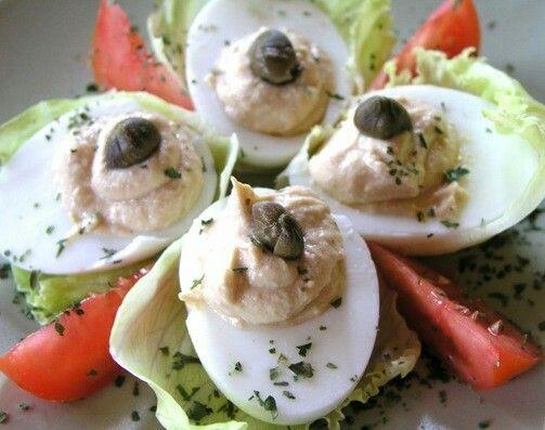 Receptek/ Tőkehalmáj krémmel töltött tojás recept    Hozzávalók:  2 doboz tőkehalmáj konzerv6-8 tojás10 dkg vajkapribogyócitromtiszta só, bors