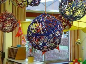 * Benodigdheden: - wol - waterballon - behangerslijm - glitters Werkwijze: 1. Blaas de waterballon op en wikkel daar de wol afgewisseld met behangerslijm omheen . 2. Strooi er glitter overheen. 3. Laat de ballon goed drogen en prik de ballon door. 4. Doe er een lintje doorheen en hij is klaar om op te hangen.