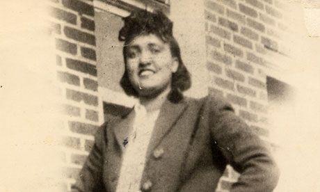 En 1951, Henrietta Lacks fue diagnosticada con cáncer cervical. George Gey, descubrió que las células del tumor, al cultivarlas en laboratorio, se mantenían vivas y se multiplicaban. Las llamaron células HeLa. La mujer murió, pero sus células siguieron multiplicándose. Desde su descubrimiento, se han cultivado unas 20 ton de sus células, utilizadas en todo tipo de investigaciones. Hay una 11.000 patentes conseguidas con ellas, y la vacuna contra la poliomelitis se obtuvo también gracias a…