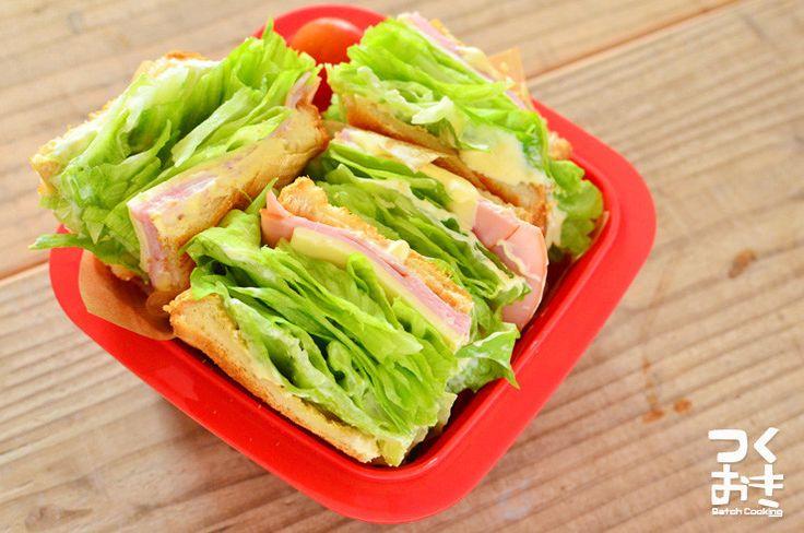 シャキシャキのレタスがたっぷり入った定番のサンドイッチ。お弁当に持っていっても美味しく頂けます。