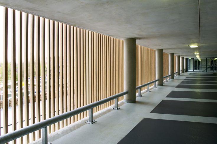 25 beste idee n over houten latten op pinterest hout architectuur architectuur details en tv - Decoratieve spiegel plakken ...