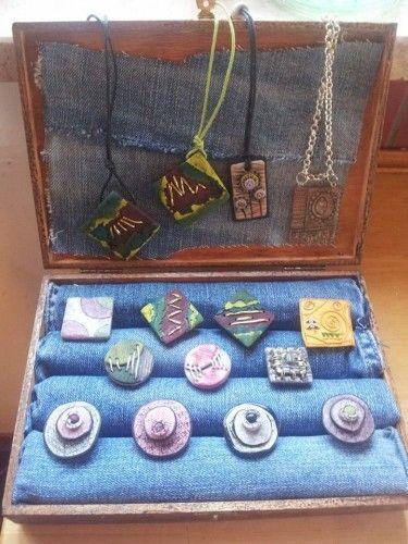 DIY ring display: cigar box and an old pair of jeans!  Espositore per anelli - scatola in legno per vini e jeans - Le InSolite Cose