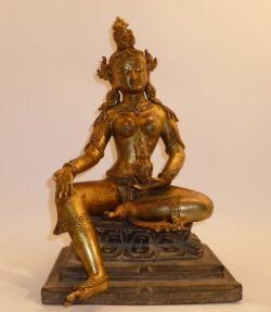 Vasudhara Antica statua in rame dorato      base cm.21 altezza cm.34   Vasudhara è il Bodhisattva Buddhista dell'abbondanza e della fertilità,viene considerata la consorte di Kuvera.