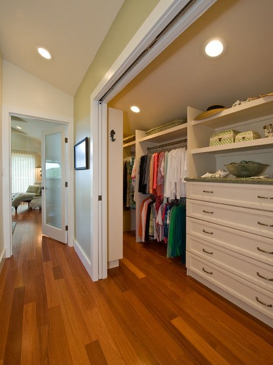 Home Decor Traditional Closet. クローゼットのインテリアコーディネイト実例(Like this walk in. Enough room to walk around inside comfortably).His side/her side.