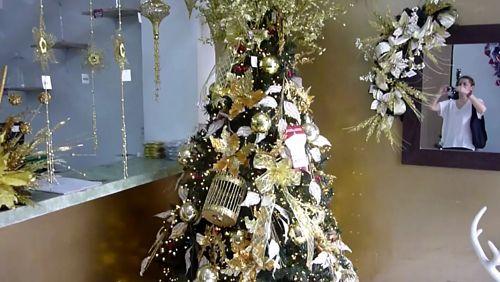 Para quienes les encanta la decoración neutra adorarán esta versión metálica decoración navideña. Elegante, sutil y llamativa es esta Temática Metálica con tonos dorados y champán para el Árbol de Navidad. 💖💛🎅 #VentaArbolesDeNavidadColombia #VentaArbolesDeNavidadCali #VentaArbolesDeNavidadMedellin https://video.buffer.com/v/5a0c72b17bcaa45606477fa0