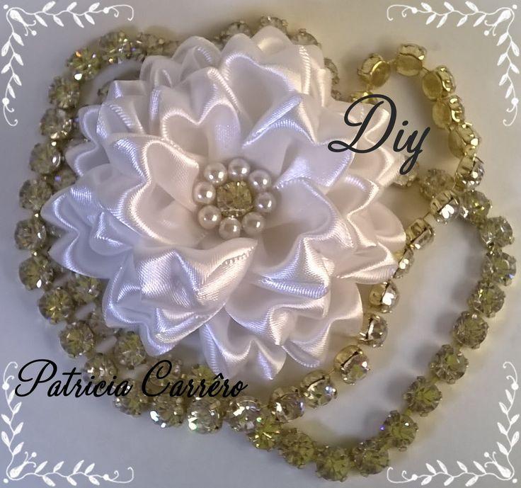 Flor de fita com strass e pérolas linda que pode ser usada como broche, em uma linda tiara....