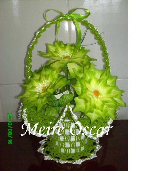 Cesta de crochê feita com linha 100% polipropileno na cor verde pistache com flores em tom de amarelo limão e verde. R$ 54,33