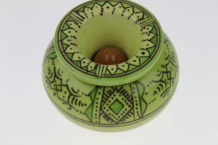Cendrier marocain vert pistache de Safi apportera chez vous une touche berbère de l'artisanat du Maroc. C'est un Cendrier marocain artisanal de qualité...