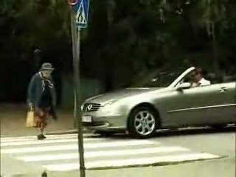 Der Schnösel im Sportwagen will die alte Frau drängeln. Doch mit ihrer Reaktion hat er nicht gerechnet.