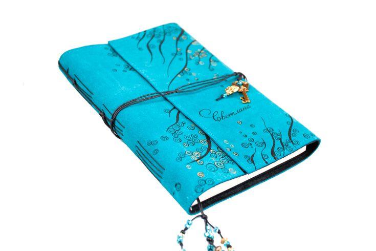 Ежедневник в обложке из голубой и черной замши. Ручная роспись черным и золотом. Размер 15*21 см.