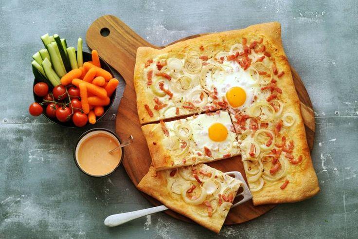 Kijk wat een lekker recept ik heb gevonden op Allerhande! Flammkuchen met rauwkost en frisse tomatendip