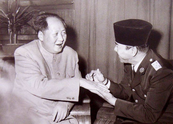 Soekarno sedang membaca garis tangan Pemimpin Cina, Mao Zedong