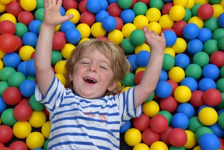 Das #BällebadZelt ist der Hit eines jeden Kindergeburtstags und macht jedem Kind großen Spaß! Damit Ihre kleinen auch sicher im Bällebad Zelt spielen können, testen wir auf nötige Stabilität, Ausstattung und ausreichende Belüftung. http://www.bällebad-test.de/baellebad-zelt/ Viel Spaß beim stöbern und kommentieren :)