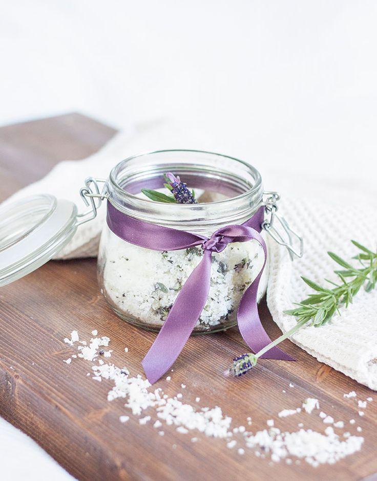 [ Hemmagjort badsalt med Lavendel & Honung ] Bikarbonat verkar renande & motverkar irritationer. Lavendeln har lugnande effekt. Honung & olivolja återfuktar. { Ingredienser } 3 dl havssalt / ½ dl bikarbonat / En näve lavendelblommor / 2 msk flytande honung / 1 msk olivolja. { Metod } Blanda samman alla ingredienser i bunke. Klipp el hacka lavendeln. Rör ihop m gaffel för att undvika klumpar. Häll upp i glasburk med lock.
