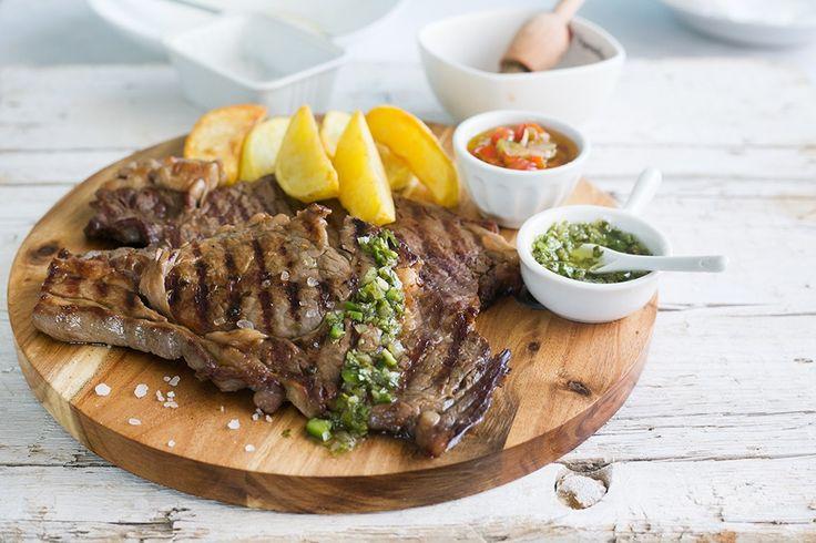Il churrasco è un secondo piatto di carne cotto alla griglia, tipico della cucina argentina: come tagli sui usano il codino di manzo (picanha) o le costine.