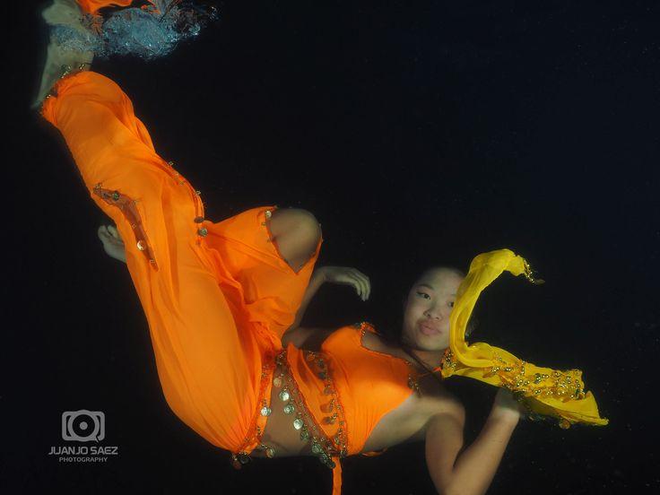 Reflexión naranja en el agua