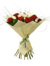 ТАНГО Буйство разнообразных эмоций собранно в этом букете! Рубиновые отблески красных роз оттеняются изящными изгибами белоснежных калл. Этот великолепный дуэт напоминает страстный танец, где два сердца сливаются друг с другом. Всплеск изумрудной зелени, нежные бутоны кустовой розы, этот букет достоин восхищения!