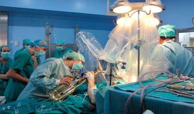 Extirpan un tumor cerebral a un paciente mientras toca el saxofón en Málaga