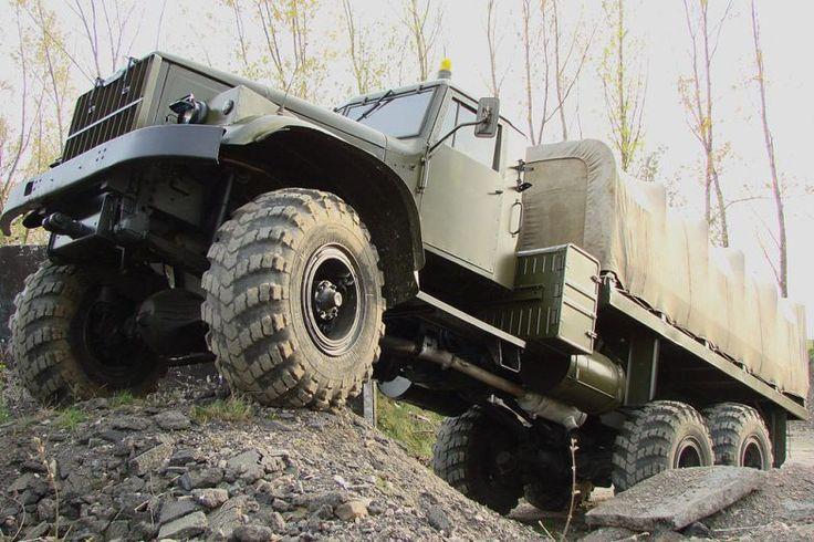 Top 10 - Magyar katonai járgányok 6. KRAZ - A laktanya legnagyobb, legimpozánsabb járgánya. A legenda szerint V12-es harckocsimotor dolgozott benne, igazából inkább 15 literes V8-as dízel mozgatta felénk ezeket a szörnyeket. Bár az igaz, hogy volt valami közük a tankokhoz, leginkább az, hogy a megszámlálhatatlan kerekű tréleren ők vontatták őket, ha kellett. Fa bodé és aránytalan, ballonos abroncsok jellemezték.