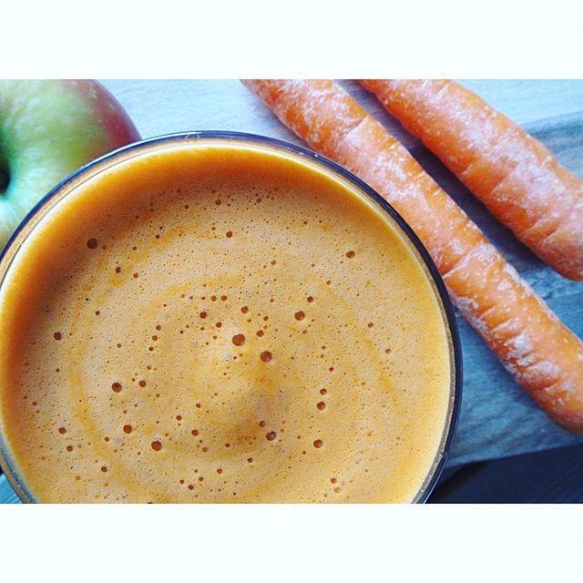 Morgenboost💛 Denne rensende juicen er den perfekte starten på dagen. Ferskpresset og hjemmelaget juice inneholder mye næring og er kjempegodt!😍Jeg bruker økologiske grønnsaker og frukt, for da kan jeg juice med skallet på. Dersom du ikke bruker økologisk,bør du skrelle grønnsakene og frukten! 🍋🥕 ----------------------------------------------------Oppskrift på rensende juice: •1 sitron(skrelles) •4-5 cm frisk ingefær(tilsvarer en god og stor bit ingefær) •1 eple/pære/appelsin •3…