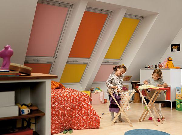 Combinar cortinas de oscurecimiento de varios colores en habitaciones de niños proporcionan un ambiente alegre y permite oscurecer la habitación en cualquier momento del día.
