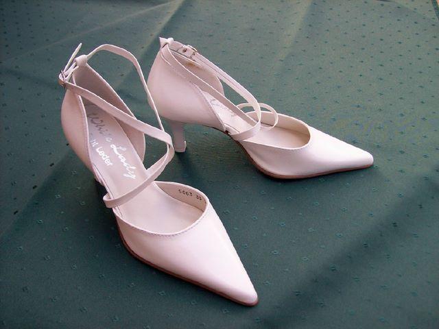 "White Lady fehér esküvői cipő<br/><span style=""color: gray"">Méret: 33, 34, 35 | Termékkód: [elv-5663]</span><br/><br/><span style=""font:15pt Arial,Helvetica;color:red"">Ár: 13.900 Ft</span>"