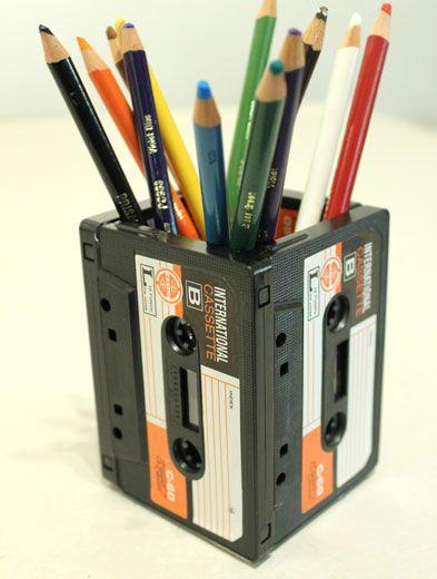 No tires tus viejos cassettes, ya que puedes darle diversos usos decorativos. Una excelente idea es utilizarlos como porta crayones, una idea sencilla y vintage para tu espacio de trabajo.