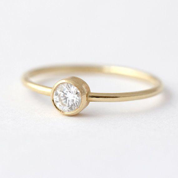 Bague de fiançailles délicate pour le minimaliste, sertie d'un diamant de 0,2 carat de haute qualité. Design simple et épuré. Matériaux : 18 k or massif jaune | 0,2 carat de diamants Paramètres de diamant : excellente coupe, VS plus de clarté, couleur E-G, conflict gratuit La bande est de 1,3 mm d'épaisseur. Disponible en or 18 carats jaune, blanc ou ROSE. (!) Informations sur notre or blanc : Nous n'ajoutons pas de rhodium de placage à nos objets en or ; la couleur naturelle de l'or…