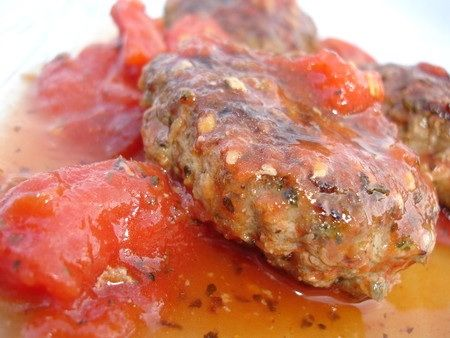 Voici une recette testée de Weight Wathers vraiment super bonne. Les boulettes de viande sont ulta moelleuse et la sauce tomate a un goût légèrement sucré. On a beaucoup aimé! 4,5 points par personnes Pour 4 personnes 180g de boeuf haché 2 échalotes hachées...