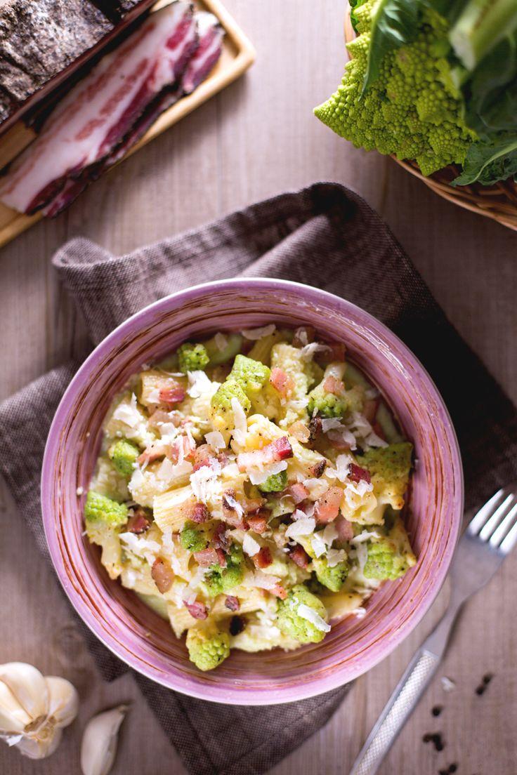 Un mix di sapori irresistibile per un primo piatto tanto semplice quanto sfizioso: pasta con broccolo romanesco e pancetta! #Giallozafferano #ricetta #recipe
