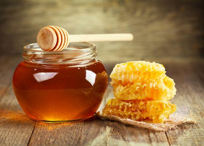 Descopera cele mai cautate tipuri miere de albine! Cu totii, stim, ca mierea de albine pura are proprietati benefice pentru sanatate. Daca stai la casa si spatiul iti permite,poti ajuta albinele, ingrijind plante de care au nevoie: ierburi, flori, tufisuri de flori si pomi fructiferi. Poti planta ierburi aromatice, cum ar fi arpagic, lavanda, salvie, …
