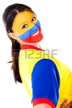 Hermosa mujer colombiana, con la cara pintada con la bandera de Colombia y con el uniforme de fútbol de Colombia. Foto de archivo.