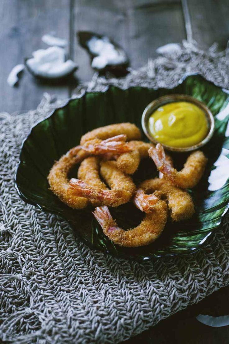 I gamberi fritti al cocco con salsa di senape al miele sono un antipasto inaspettato e gustosissimo, un happy hour indimenticabile!