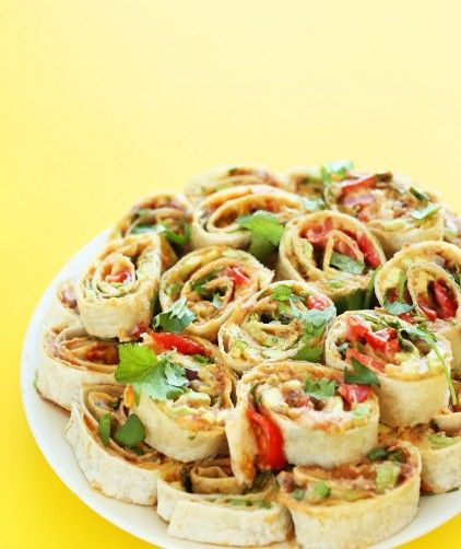 AMAZING Mexican Pinwheels with Refried Beans, Avocado, Onion, Cilantro and Tomato! Such a delicious #vegan friendly finger food! #recipe #healthy #snack #mexican