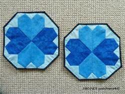 Elmira Grydelapper - M�nster til 504 er et Pedari patchwork m�nster, som indeholder papskabeloner til et par grydelapper, lige klar til at klippe ud.