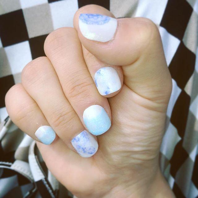 今日は女子会だから こないだ創作意欲が高まったときに作った つけ爪つけてきた💅🏻 親指のレース柄のスタンプ、ちょっとミスしてるのは内緒🙊 塗るのもつけるのも結構上手になったんじゃないかしら( ´ ▽ ` )♪ . #つけ爪  #blue  #セルフネイル  #ネイルスタンプ