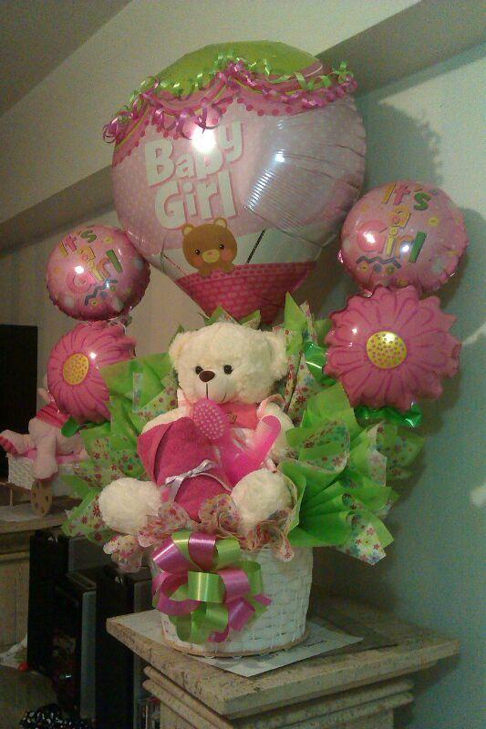 Cinco globos, un peluche mediano, papeles de colores y un bouquete de ropita #ReciénNacido