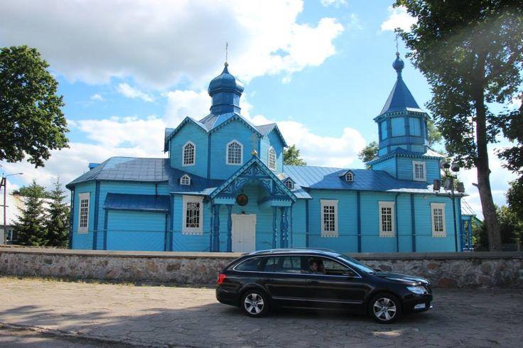 Eglise sur la route , en Mazurie.