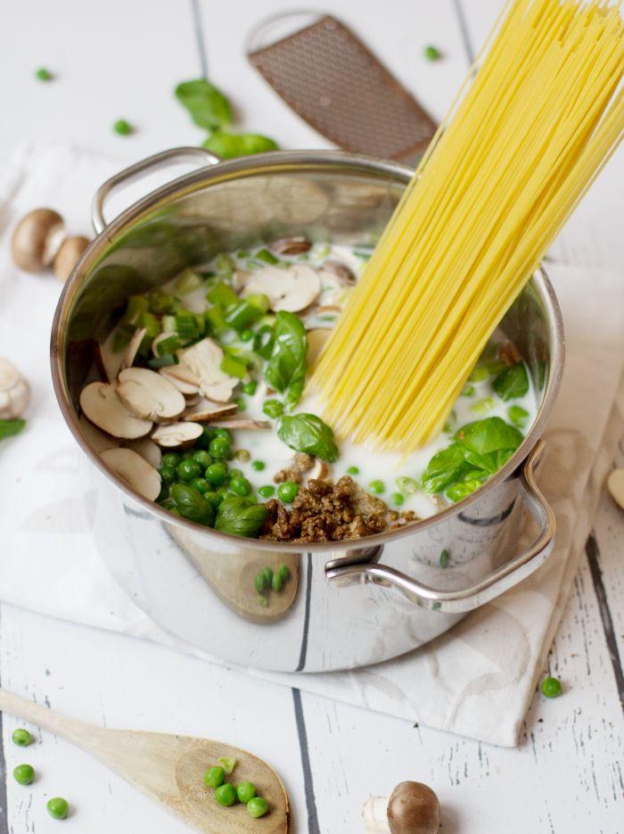 One Pot Pasta mit Quorn Hack Basilikum Pilz Lauch Erbsen