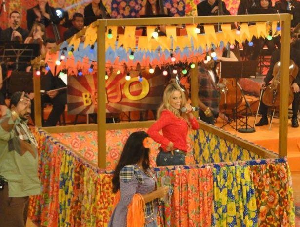 Atriz também faz graça na barraca do beijo (Foto: TV Globo/ Esquenta)