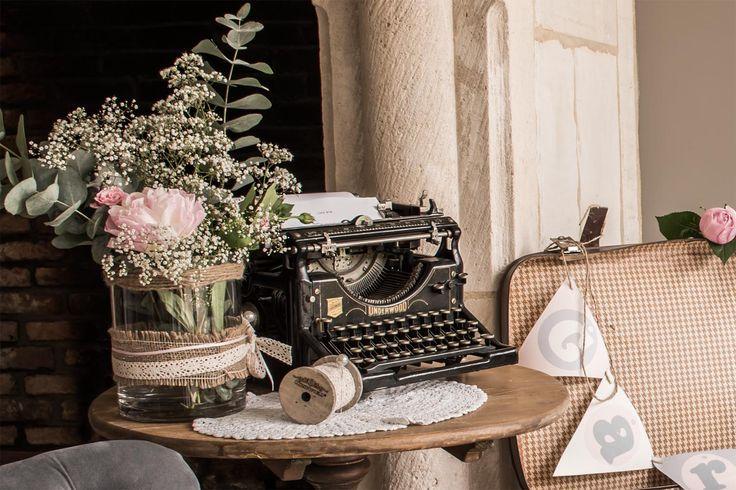 Coin livre d'or sur une machine à écrire. Mariage shabby. En location chez D DAY DECO.