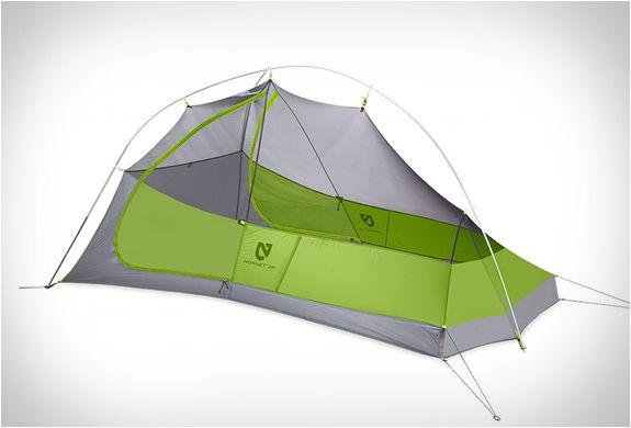 A Tenda Hornet feita pelo Nemo Equipment é uma Mochila-Tenda Ultraleve definitiva, oferecendo grande habitabilidade e conforto. A Tenda Hornet para duas pessoas apresenta uma única estaca de armação, fazendo manter o peso leve da sua