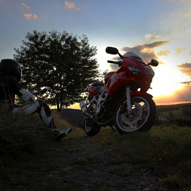Ruhe vor dem Sturm ⚫⚫⚫⚫⚫⚫⚫⚫⚫⚫⚫ @lullerpueppi @lullerpuppen @moonrider._official @viru._official @_burn.it @fuchsmurii @annithestrangegirl  @aendyaendy @cbrfox @_alice_rr @reallypassionate.riders @miss_braaawp @motorradmieze @julia_speedlady89 @miss_yzf @r1ronald ⚫⚫⚫⚫⚫⚫⚫⚫⚫⚫⚫⚫ #lullerpuppen #famestaub  #sachsenbiker #bikergermany #Bikeofinstagram #bikesofinstagram #bikestagram #Bikelove #bikeporn  #bikes #Bike  #Bikelife #motorcycle #picoftheday #like4like #likeforlike #ridesafe #motorcycle…