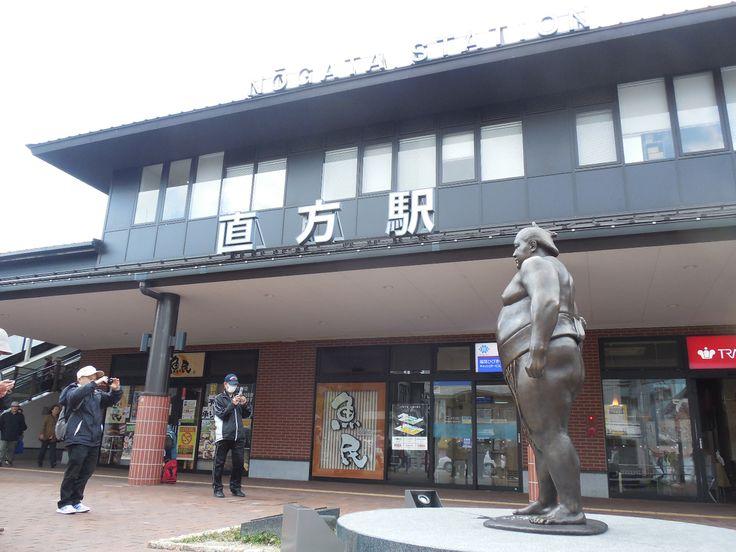 直方駅前です。 元大関魁皇の像があります。