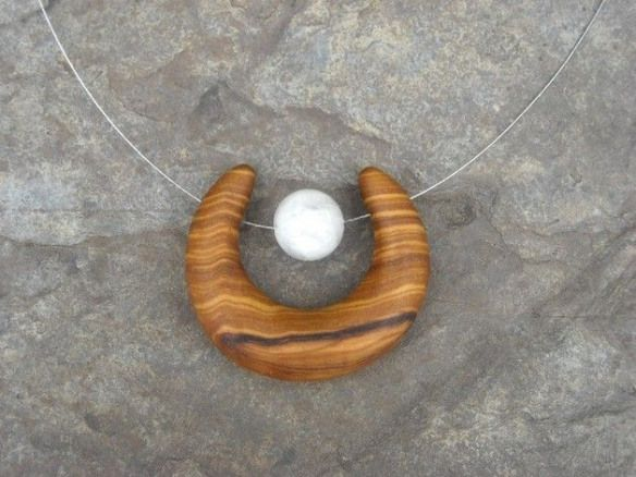 Magnifique Collier Avec Une 12 Mm Perles De Pierre De Lune Et Une Demi Lune Croissant De Lune Fabrique E Wood Jewelry Diy Wooden Jewelery Wood Resin Jewelry