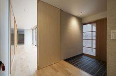 広縁につながる玄関ホール(南砺市の家) - 玄関事例|SUVACO(スバコ)