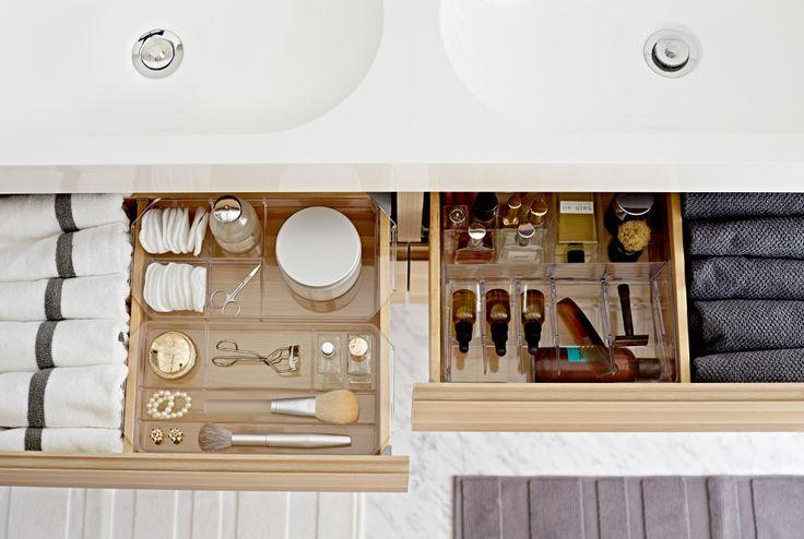 Bovenaanzicht van een open lade van een wastafelkast met IKEA GODMORGON inrichting