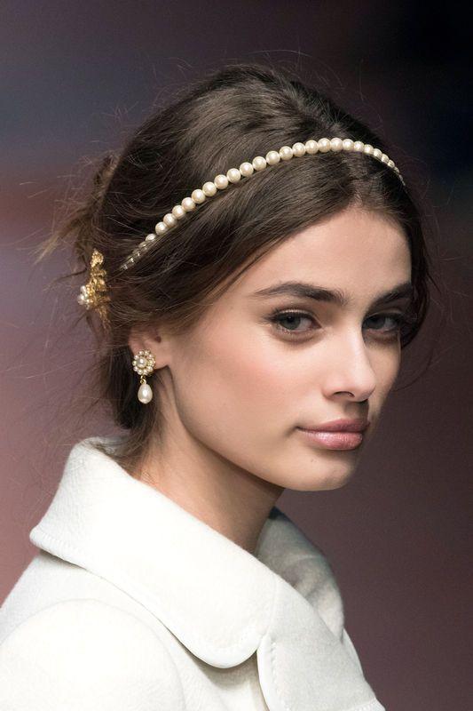 Fryzury na święta 2015, Dolce & Gabbana, fot. Imaxtree in 2020 | Headband hairstyles, Elegant hairstyles, Hair styles